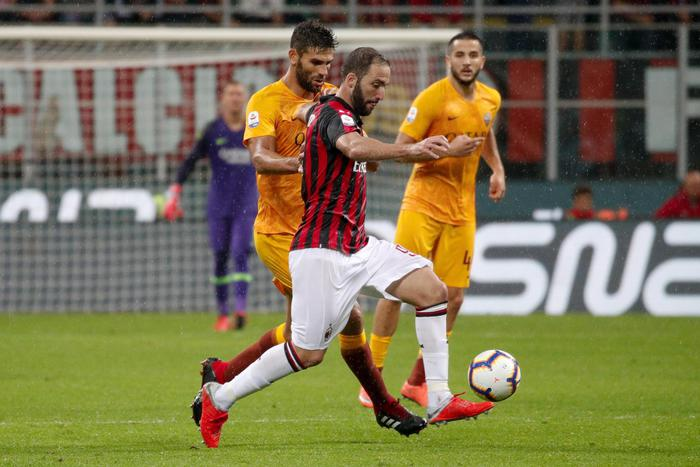 Milan's Gonzalo Higuain (front) and Roma's Federico Fazio in action during the Italian Serie A soccer match AC Milan vs AS Roma at Giuseppe Meazza stadium in Milan, Italy, 31 August 2018. ANSA/ROBERTO BREGANI